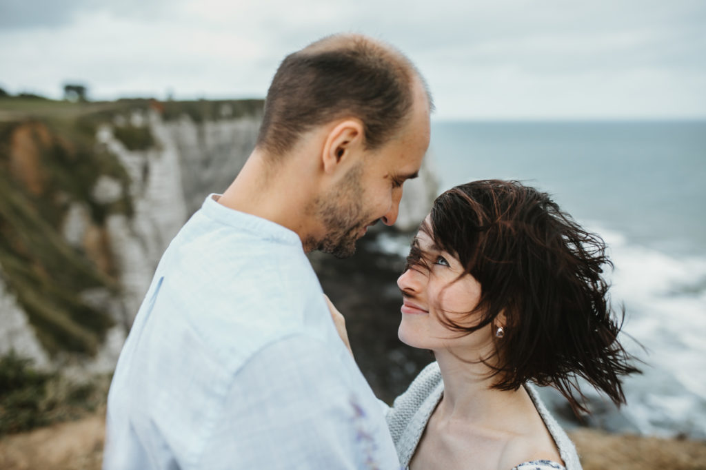 arthur-joncour-photographe-couple-etretat